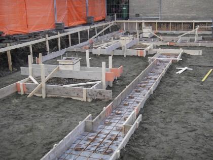 Nieuwbouw van kantoorpand met daarin een bovenwoning aan het muziekplein te Uden